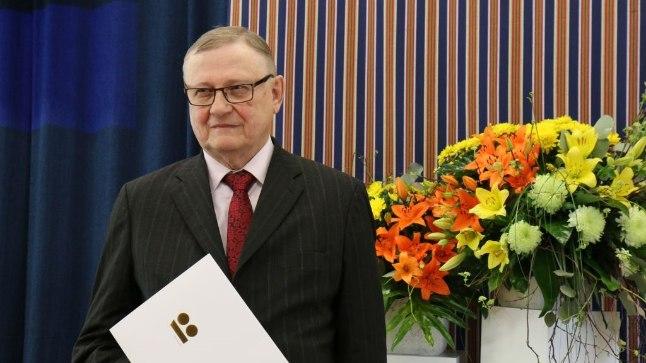"""Peaauhinna võitis Enn Ernitsa artiklikogumik """"Sõna haaval. Emakeelest tehiskeelteni""""."""