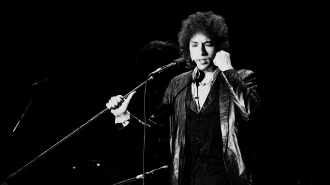 (FILES) This file photo taken on on July 4, 1978 shows US poet and folk singer Bob Dylan performing in Paris. AFP PHOTO / PIERRE GUILLAUD