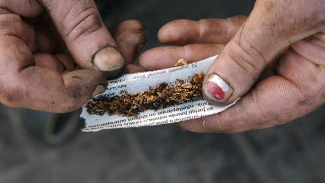 """SALAPÄRANE MEES: """"Vabandage! Ehk tohib ühte sigaretti paluda,"""" uurib ta tihtipeale möödujatelt. Foto on illustratiivne."""