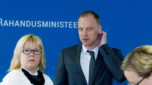 Rahandusministeeriumi fiskaalpoliitika osakonna juhataja Sven Kirsipuu (keskel).