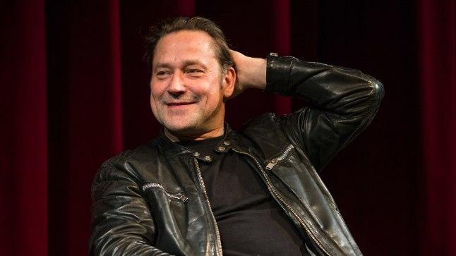 Lendas üle käopesa vestlusõhtu Rakvere Teatris, kus korraga olid laval kolm sama osa mänginud meest