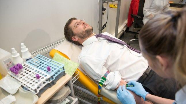 Tervise- ja tööminister Jevgeni Ossinovski näitas eeskuju ja andis esimesena vereproovi.