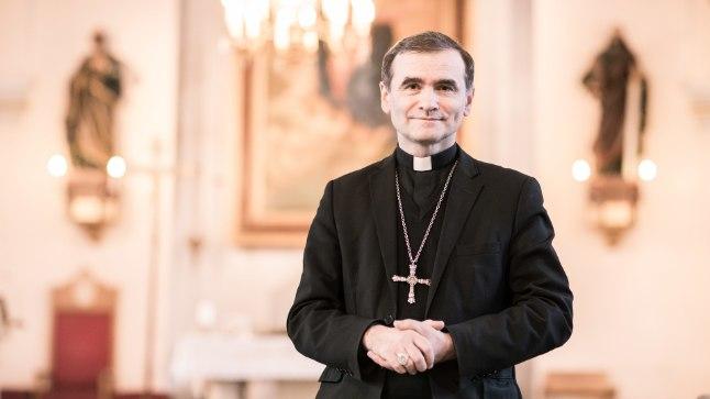 """KIRKAS OOTUSES: Piiskop Philippe Jourdani sõnul on tänavused ülestõusmispühad siinsete katoliiklaste jaoks erilised – seda sügisel aset leidva paavst Franciscuse visiidi tõttu. """"Kui ootame külalist, keda armastame, valgustab see külaline ootust,"""" ütleb ta."""