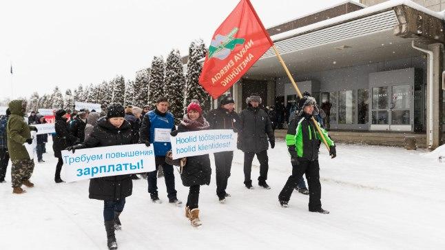 Piketeerijad Rakvere lihakombinaadi ees 6. veebruaril, kui tapamaja liinitöötajad streikima hakkasid.