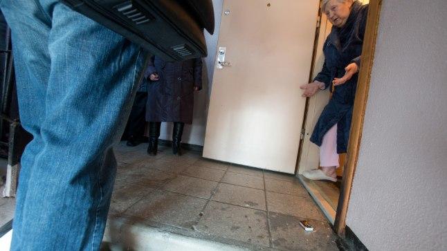 HOMMIKUNE ÜLLATUS: Vanamammi Rimma ei saanud küll altnaabrist märatseja pärast öö otsa sõba silmale, kuid see, et naaber oli üritanud tema korteri ust põlema panna, tuli naisele täieliku üllatusena.