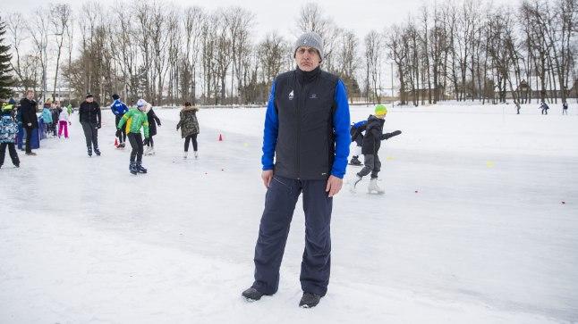"""RAJA BOSS: Väino Treiman on 25 aastat Adaveres liuvälja valanud. """"Rõõm näha, et on kellele teha,"""" lausus ta eile Jõgevamaa noorte kiiruisutamise meistrivõistluste avakõnes."""