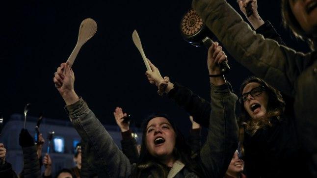 Madridi tänavad täitusid 8. märtsi esimestel tundidel pottide ja pannidega lärmi löövate naistega. Streiki pooldas 82% El País lugejatest.
