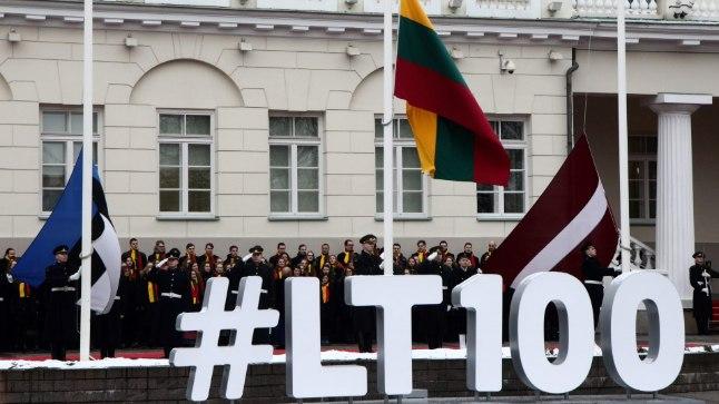 Leedu 100. aastapäeva tähistamine 16. veebruaril Vilniuses. Presidendilossi ees austati kõikide Balti riikide lippe.