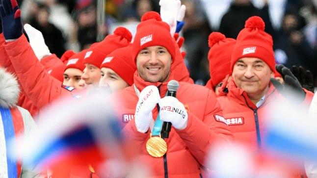 Kuldsed hokimängijad Venemaa rahvale medaleid näitamas.