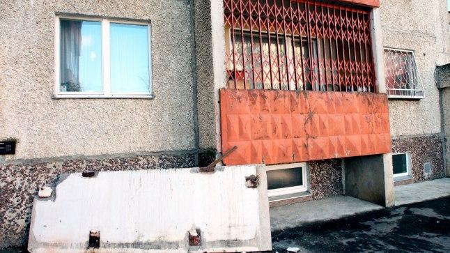 Tallinnas Lasnamäel kukkus mõne aasta eest ühe maja neljanda korruse rõdu esipaneel tänavale, inimesed õnneks kannatada ei saanud.