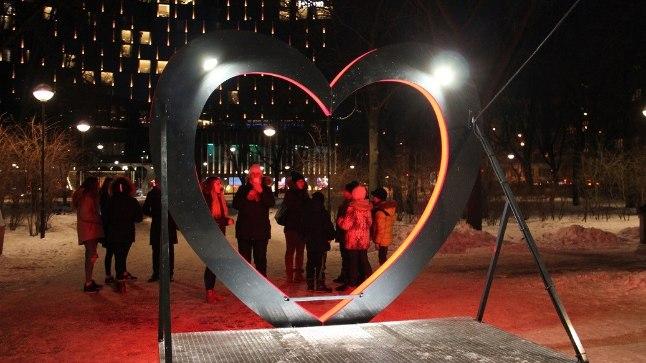 Südamekujuline valgusinstallatsioon on eilsest õhtust Politseiaias pildistajate päralt.