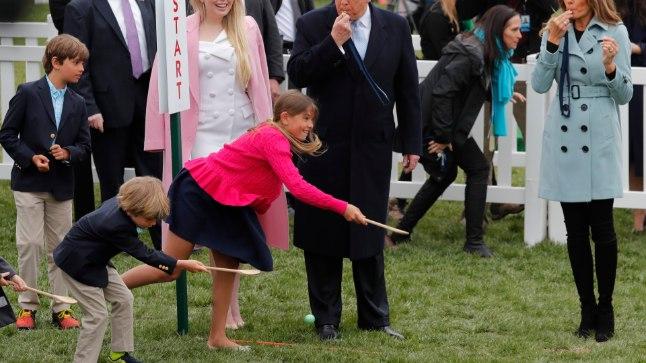 President Trump Valge Maja traditsioonilisel munarallil vilega signaliseerimas.