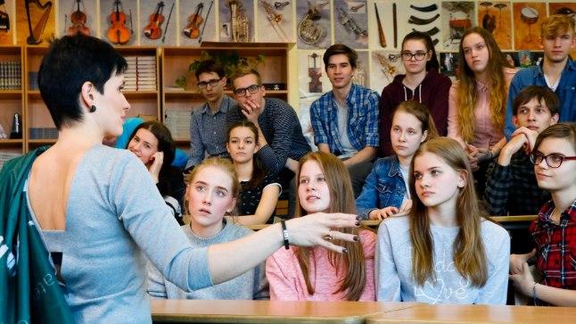 """USUB ÕPILASTESSE: Tallinna Kuristiku Gümnaasiumi noortekoori juht Sirje Vasmann-Perend ütleb, et ta ei kannata ühtegi inimest, kes annab kergelt alla. """"Mida rohkem õpilased endast väljuvad, seda õnnelikum olen mina,"""" ütleb ta."""