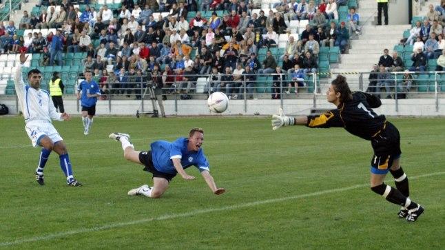 VÄRAV: Hetk 2005. aastast, kui Kristen Viikmäe saadab palli Bosnia ja Hertsegoviina võrku. Eesti võitis sõprusmatši 1:0.