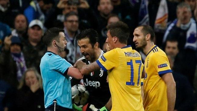 Tulivihane Gianluigi Buffon ja teised Juventuse mängijad.