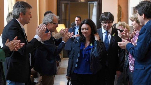 ENNE PÕGENEMIST: Carles Puigdemont koos abikaasa Marcela Toporiga 27. oktoobril Barcelonas Kataloonia parlamendis. Kolm päeva hiljem põgenes ta vahistamise eest Belgiasse.