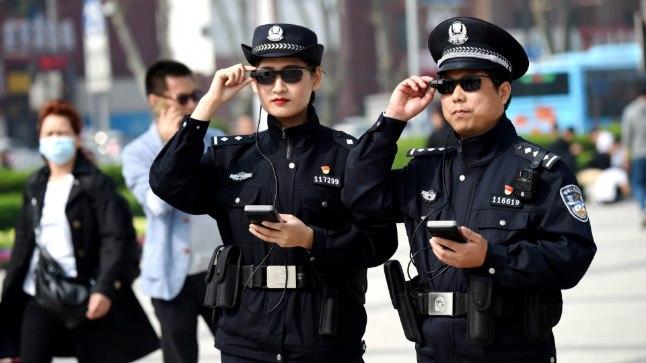 Hiina politseinikud näotuvastusprillidega.