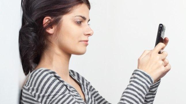 Kõhulihaste pingutamiseks seisa selg vastu seina või kappi ja suru selg tihedalt selle vastu.