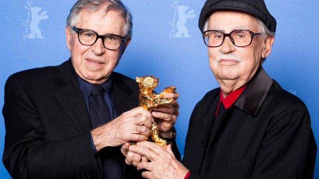 Vittorio Taviani (paremal) koos vennaga Berliini festivali peaauhinda vastu võtmas.