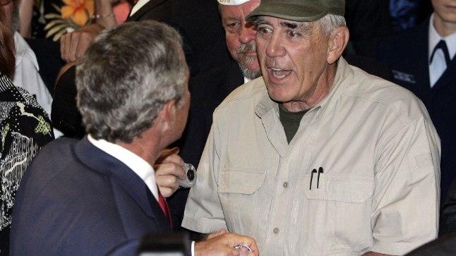 R. Lee Ermey 2005. aastal toonase USA presidendi George W. Bushi kätt surumas.