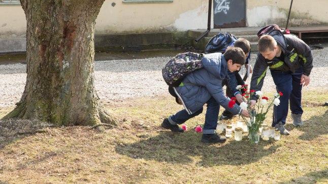 LINNARAHVAS ŠOKIS:  kümned ja kümned Nastja tuttavad tõid tema surmakohale lilli.