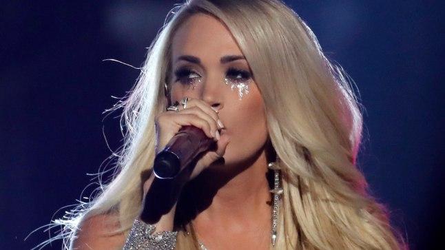 Carrie Underwood kantrimuusikaakadeemia auhinnagalal esinemas.