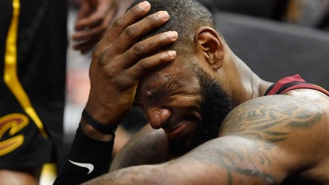 LeBron James ennast ja meeskonda kirumas.