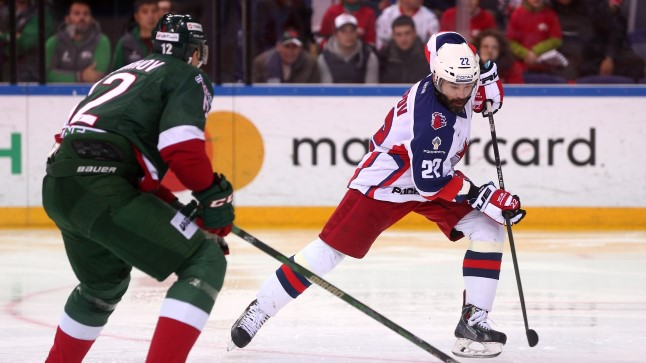 KHLi finaalmäng: Mihhail Gluhhov takistamas CSKA mängumeest Alexander Popovi.
