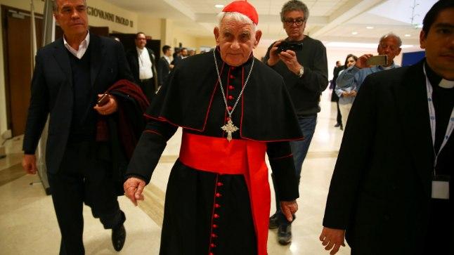 Kardinal Ernest Simoni 16. aprillil Roomas algajate eksortsistide kursuselt lahkumas.
