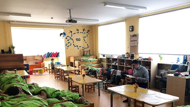 Kristiine linnaosa vanem Jaanus Riibe lugemas Tihase lasteaias unejuttu.