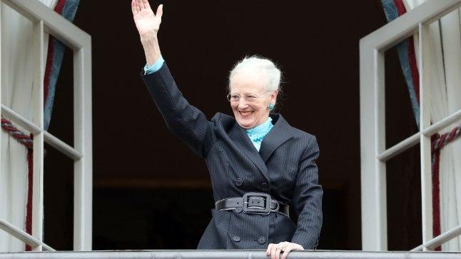 Kuninganna Amalienburgi lossist rahvale lehvitamas.