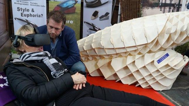 SUITSIIDIMASIN: Hollandi insener Alexander Bannink tutvustas Amsterdamis toimunud matusemessil külastajale virtuaalreaalsuse prillide abil enesetapumasinat Sarco.