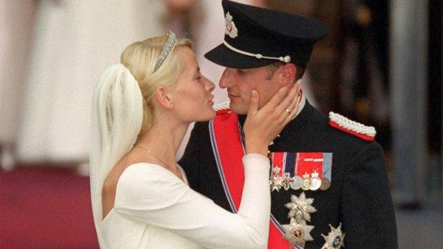 AMOR VINCIT OMNIA: Norra kroonprints Haakon ja üksikema Mette-Marit Tjessem Høiby laulatati 25. augustil 2001 Oslo katedraalis