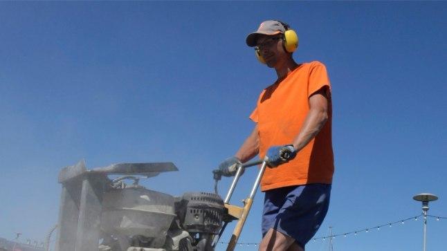 Kuuma ilmaga on tavaline vaatepilt, kuidas teetöölised teevad oma tööd lõõskava päikese all. Arsti pilgule on see väga valus vaadata, sest nad reeglina ei kasuta isegi päikesekreemi, kaitsvast riietusest rääkimata.