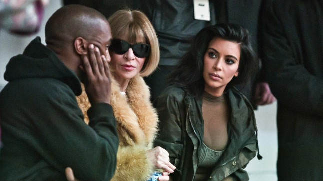 Kanye West koos moeajakirja Vogue toimetaja Anna Wintouri ja Kim Kardashianiga enne koostöös Adidasega sündinud jalatsite Yeezy esitlust.