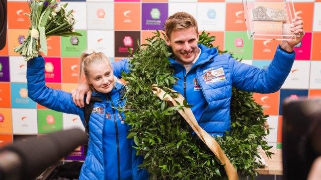 Toomas Triisa koos elukaaslase Signe Ilvesega Tallinna lennujaamas möödunud aasta jaanuaris pärast võidukat Dakari rallit.