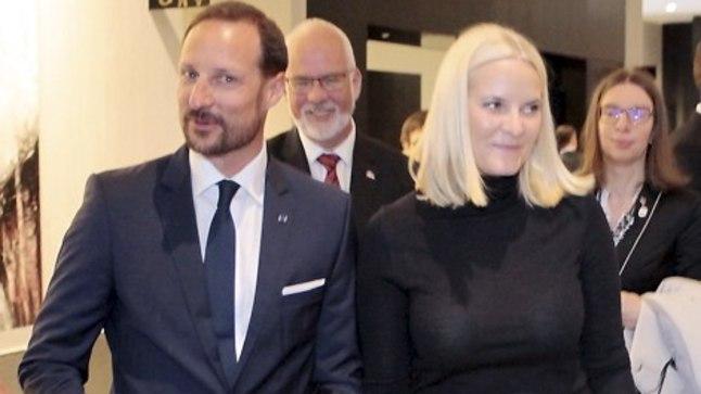 25.-26. aprillil 2018 külastavad Eestit Tema Kuningliku Kõrgus Norra kroonprints Haakon  ja –printsess Mette-Marit; kuninglikule paarile tutvustati Hilton Hotel`is kõrge riskiga töötajatele mõeldud turvameetmeid.