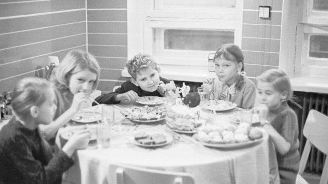 SÜNNIPÄEVAPIDU 1971: Sünnipäevalaual olid alpikannid, joodi kõrrega morssi, söödi kartulisalatit ja mõnd head ema või vanaema tehtud kodust kooki või kohvikust toodud kreemitorti.