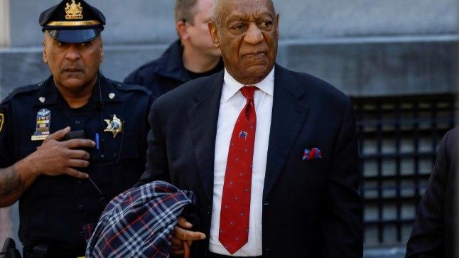 Bill Cosby 26. aprillil Montgomery maakonna kohtuhoonest lahkumas.