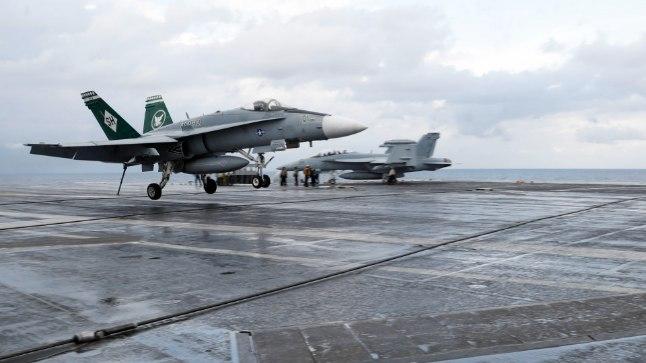 F/A-18 Horneti maandumine lennukikandja USS Abraham Lincoln pardale märtsis 2018. Seda hävitajat ei maandatud küll veel puldi abil, vaid kokpitis oli Soome piloot Juha Järvinen.