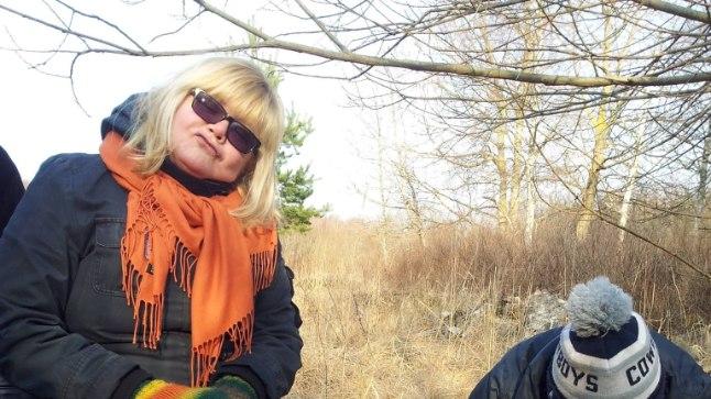 KAEVAME HAUDA: Gerda Kordemets (vasakul) kutsus ühte episoodi laipa mängima sõbranna Kristina Märtini, kes tuli mulla alla kaevata.
