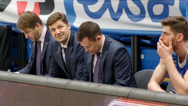 Istub Kalevi peatreeneri toolil Donaldas Kairys (pildil keskel) või Alar Varrak, ikka saadakse tähtsates tasavägistes mängudes valusaid kaotusi.