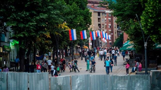 Mitrovica linn on etniliselt lõhestatud, mida näitavad ka 9. mail välja pandud vene lipud