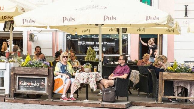 VAADE MAKSAB: Tavalise pooleliitrise õlle eest tuleb Raekoja platsi välikohvikus maksta krõbedat hinda.