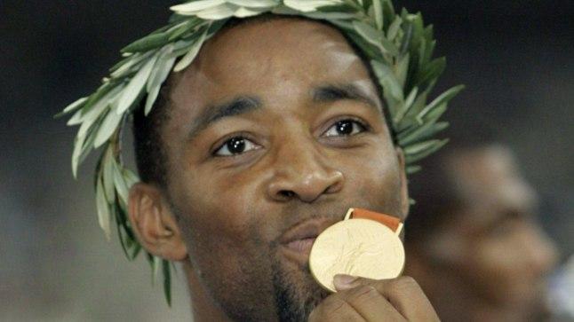Darren Campbell olümpiakullaga.