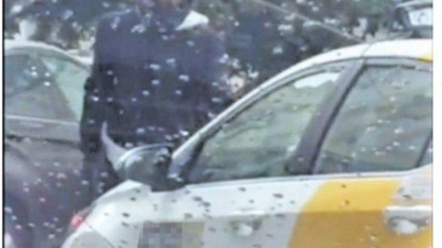 HAARAS RELVA: Mootorrattur võttis välja püstoli, et takistada sündmuskohast lahkumast taksojuhti, kes lükkas tsiklimehe koos rattaga pikali.