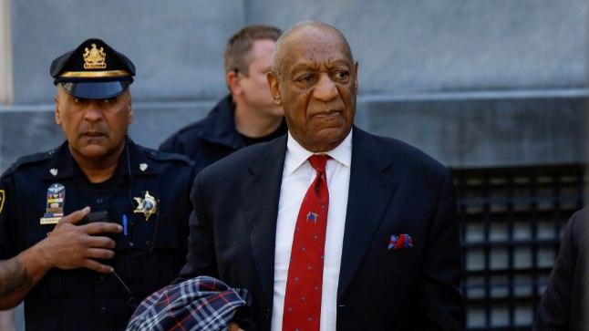 Bill Cosby pärast süüdimõistmist kohtuhoonest lahkumas.