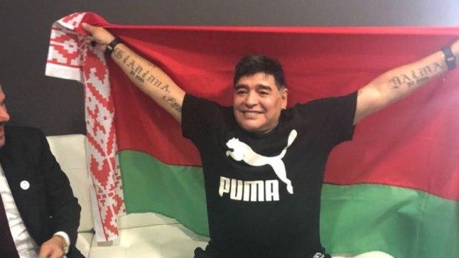 Diego Maradona Valgevene lipuga.