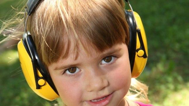 Laps kõrvaklappidega