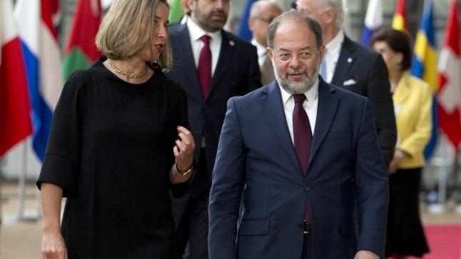 Türgi peaministri asetäitja Recep Akdag (paremal). Tema kõrval seisab Euroopa Liidu välispoliitikajuht Federica Mogherini.